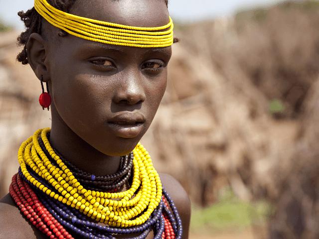 Africké dievča v údolí rieky Omo