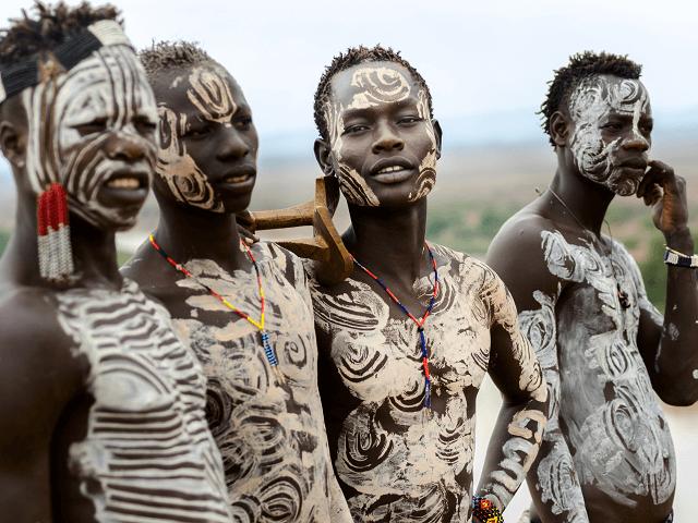 Tradične pomaľovaní muži z kultúry Karo, Etiópia